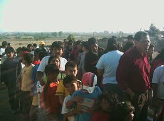 Cola para recibir ayuda adelante Gerente de Radio Amistad Huaral