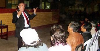 Foto del conferencista Luís Alfonso Cornejo, quien dio charlas sobre motivación, el 23 de julio en la Institución Educativa Pública Nuestra Señora del Carmen.