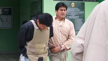 Momentos en que salia  el  delincuente resguardado por la policia de la Comisaria de Huaral, tras su captura.