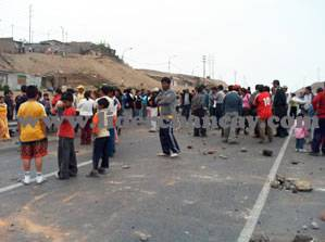 Indignados pobladores cerraron carretera