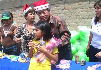 Presidente regional repartiendo juguetes