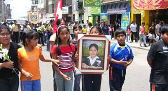 Compañero y familiares cuando se trasladaban hacia el cementerio la Huaquilla.