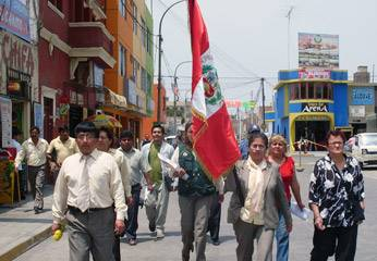 recogiendo la Bandera Nacional