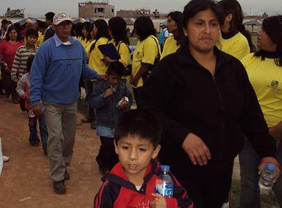 Después de varias horas de esperar los niños recibieron su agua mineral y una leche chocolatada.
