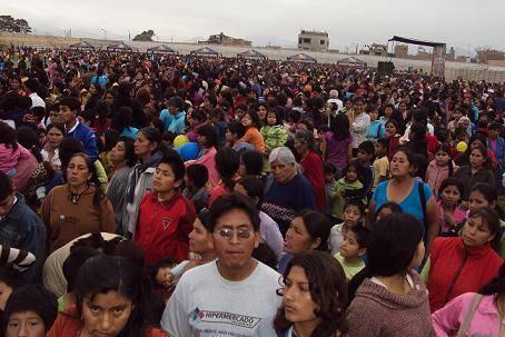 Las madres con sus hijos hicieron colas para recibir los tickets.