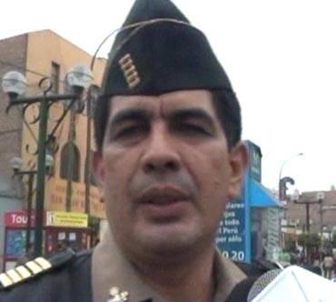 Sujeto corta el rostro del Comisario de la provincia de Huaral José Solano Grandez.