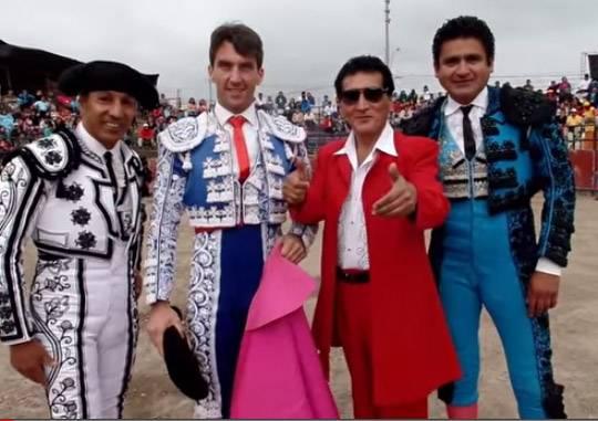 VIDEO: Antonio Pavon toreó en Huaral junto a cantante Robert Pacheco