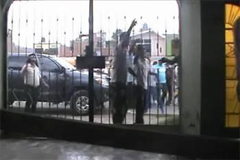 VIDEO: Matones llegan a local de canal para amenazar a periodistas.