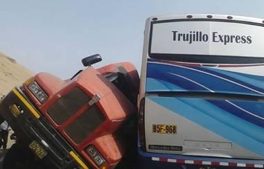 6 personas heridas tras choque frontal entre Bus y un camión en Pasamayo