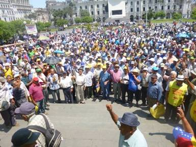 Fonavistas rodean palacio de gobierno por devolución Fonavi Huaralenlinea.com