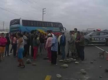 Pobladores de Medio Mundo (Huaura) tomaron la Panamericana Norte en el Km 168 Huaralenlinea.com