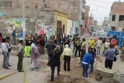 Vecinos protestaron por paralización de la obra de parchado de agujero de la calle Unión (VÍDEO) Huaralenlinea.com