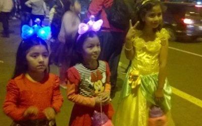 Cientos de niños en las calles de Huaral celebrando Halloween