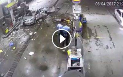 Mujer pierde la vida al estallar balón de gas de su auto en gasolinera (Video)